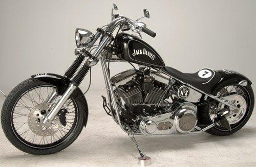 Dizem que Chuck Norris pilota uma Harley Davidson da Jack Daniel's.