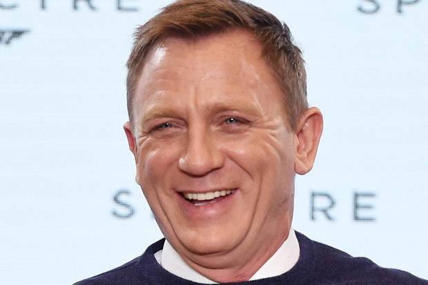 Se eu fosse Bond, também estaria com essa risadinha besta.