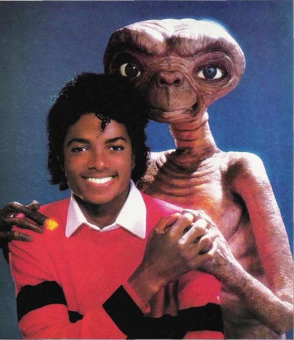 Michael Jackson, e o ET com seu dedo aflitivo. Normal nos anos 80.