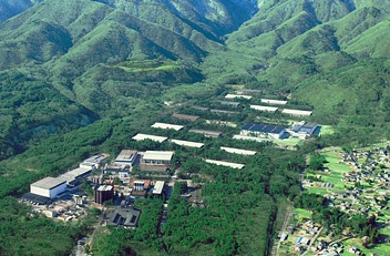 Isso aí no lado da foto é uma cidade (fonte: Suntory.com)