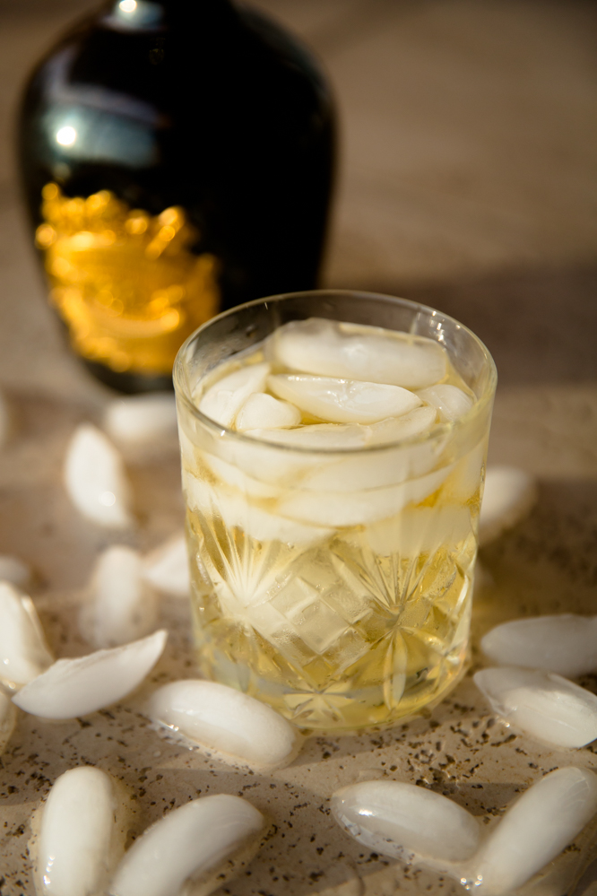 gelo-no-whisky-o-cao-engarrafado